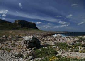 Costa rocciosa nei pressi di cala Faraglioni, Isola di Favignana